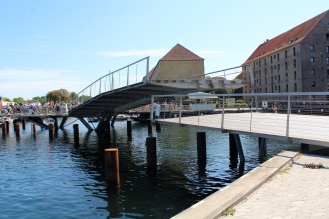 Menanti dibukanya the Kissing Bridge, giliran peseda lewat