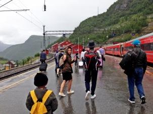 Turun dari kereta Oslo - Bergen.