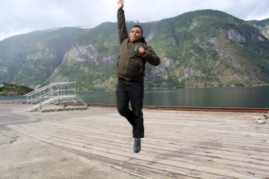 Gaya koprol, lompat, headstand sambil nunggu kapal ferry datang