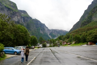 Tempat parkir mobil