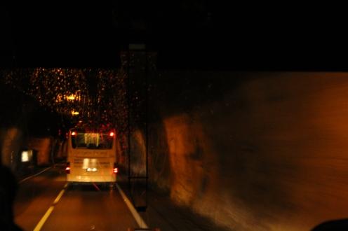 Bus melintasi lorong kaki gunung