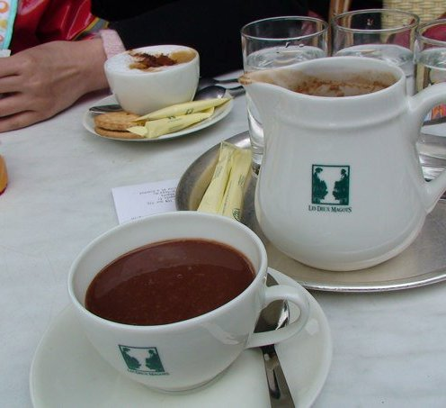 Menikmati coklat panas di café deaux magots