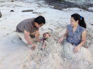 Main pasir di pantai pendaunan