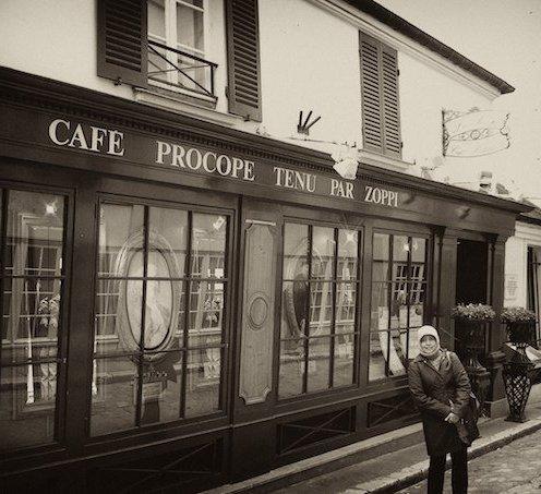Almarhumah ibu di depan café Le procope