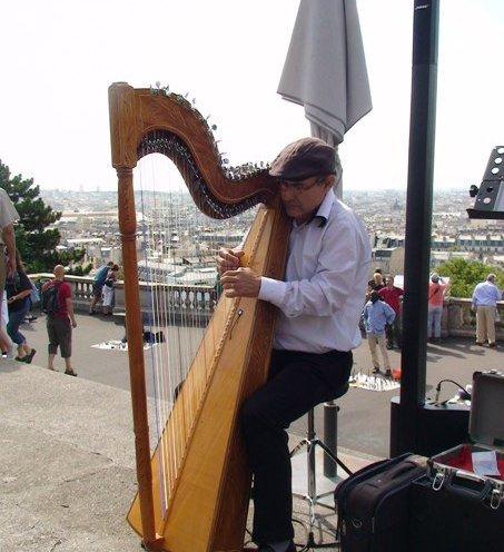 Menikmati pertunjukkan musik jalanan di teras Sacre Coeur, Montmartre