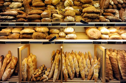 Baguette dan bermacam roti khas prancis (Sumber foto : www.patisserie-gross.fr)