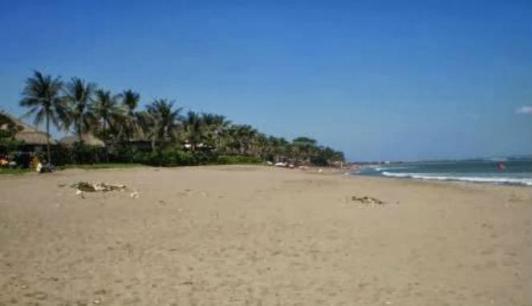 Pantai Petitenget (sumber foto : www.anythingbali.com)