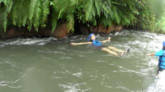 Renang-renang mengikuti arus sungai