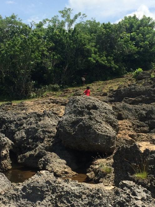 Menuruni batu karang menuju Angel's Billabong