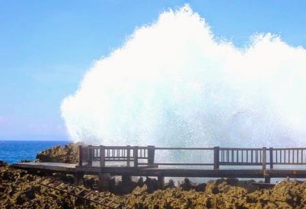 Jembatan dengan ombak di Waterblow (sumber foto : www.balisubak.com)