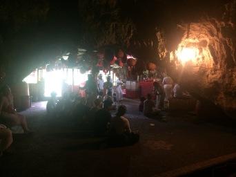 Pura di dalam Goa Giri Putri