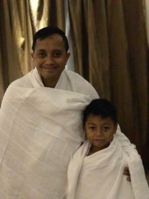 Zola and Yanda in ihram outfit