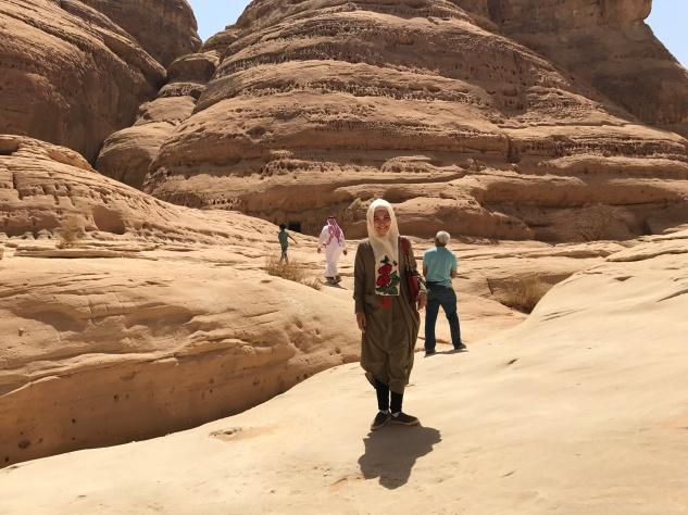 Hiking Gunung Ithlib. Zola selalu excited jalan paling depan ngobrol dengan tour guide, sementara Bunda dan Yanda nya asik foto-foto.