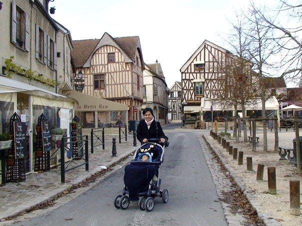 Si bayi mulai plesiran jauh ke luar kota di musim gugur