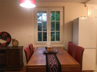 Ruang makan lengkap dengan kulkas
