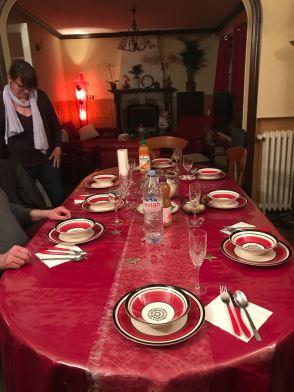 Ruang makan dengan tema merah-putih