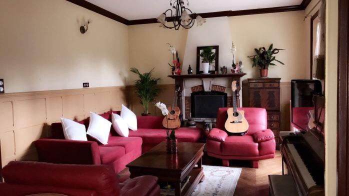 Ruang tamu dengan tema merah-putih