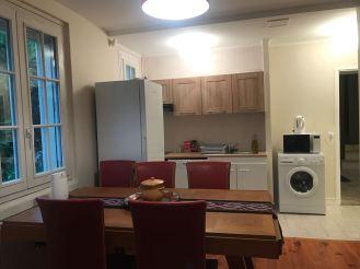 Ruang makan berdempet dengan dapur dengan fasilitas mesin cuci, mesin cuci piring, kompor, oven, microwave dan sebagainya