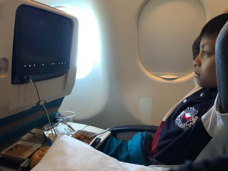 Di dalam pesawat Oman Air. Lumayan lega kursi nya dan hiburannya juga banyak pilihan