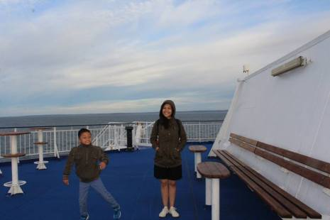 Main-main di dek atas kapal, dekat anjungan. Kalau musim panas dan matahari cerah, banyak orang yang duduk-duduk di sini