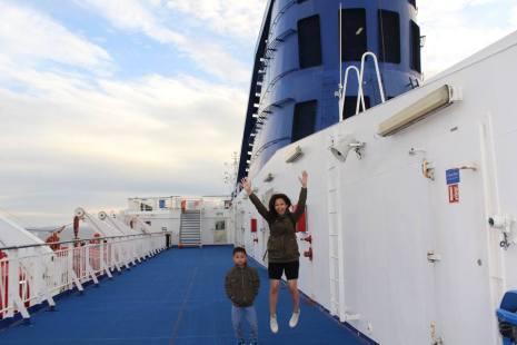 Dek atas kapal dekat anjungan. Di sebelah kiri adalah sekoci-sekoci yang digantung jika sewaktu-waktu diperlukan