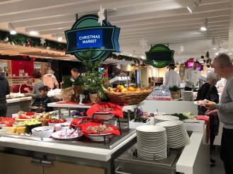 Menu buffet di salah satu restoran kapal