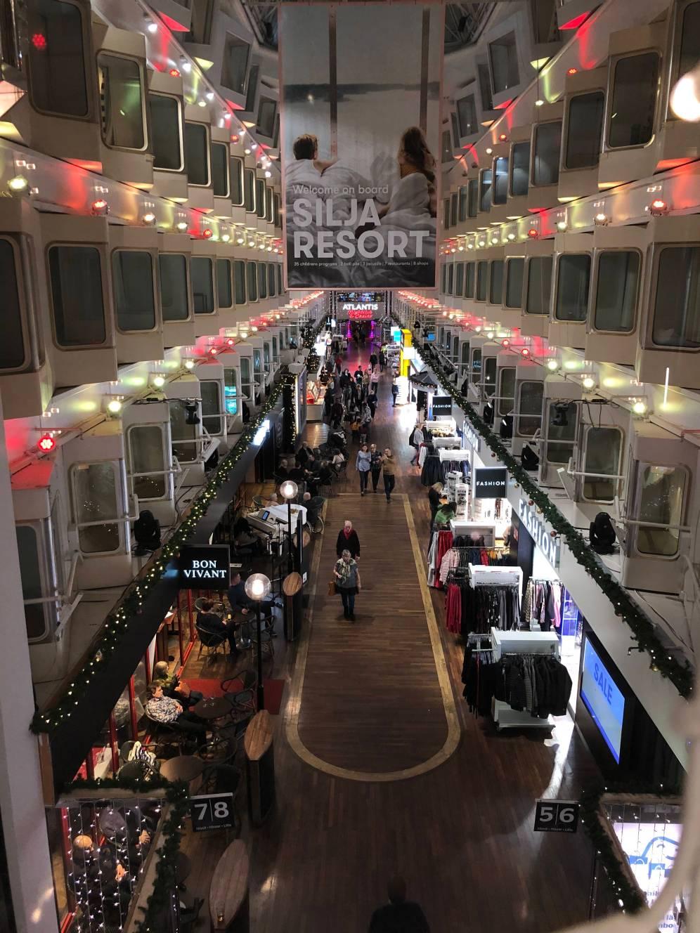 Ferry rasa Mall. Di lantai bawah ada toko-toko, restoran, kafe, sampai casino. Sementara di lantai dua sampai ke atas adalah kabin-kabin penumpang