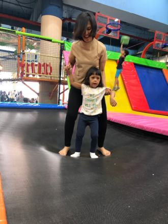 Bunda dan Amiya main trampoline