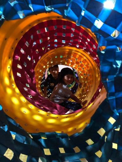 Zola dan Amiya di labyrinth
