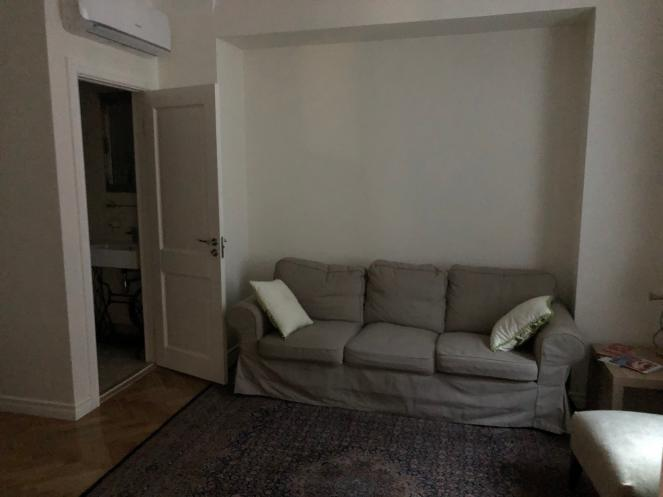 Living room yang sat ruangan dengan kamar tidur utama