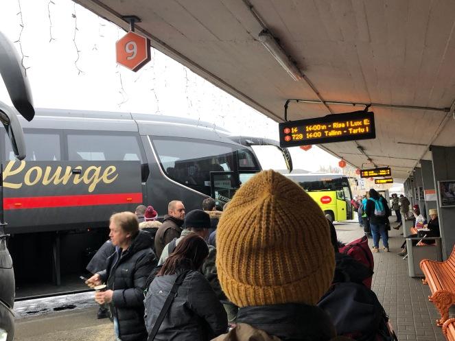 Antri naik bus di terminal Tallinn