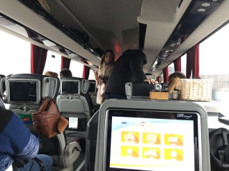 Suasana di dalam bus. Ada wifi, toilet, dan amenities beraneka minuman hangan