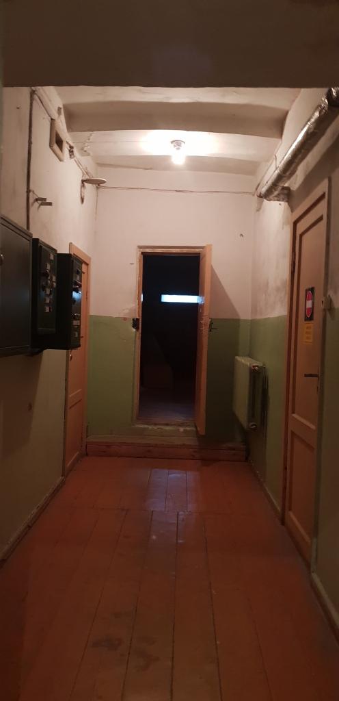 Pojok lorong yang gelap. Tidak ada apa-apa di dalam, namun ruangan dibiarkan gelap dan terbuka